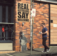 Christy Gallois. — « Real Australians Say Welcome. To Refugees » (Les vrais Australiens souhaitent la bienvenue. Aux réfugiés), Brisbane, 2015